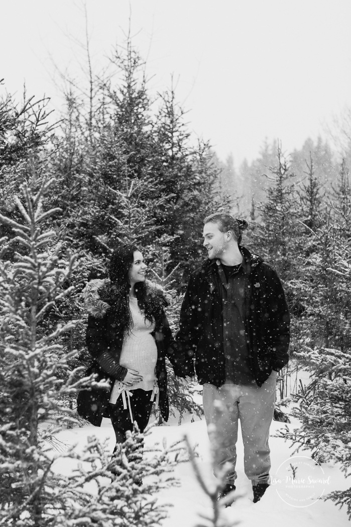 Winter maternity session. Maternity photos snowstorm. Winter maternity photos. Séance maternité dans la neige. Photos de maternité en hiver à Montréal. Montreal maternity photographer. Montreal winter maternity photos.