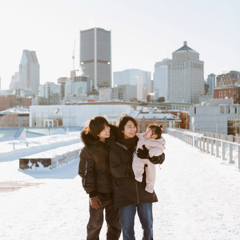 Winter family session. Family photos in the snow. Asian family photos. Séance photo dans le Vieux-Port de Montréal. Photos de famille à Montréal. Grand Quai de Montréal. Promenade d'Iberville. Old Port of Montreal photo session. Montreal family photos.
