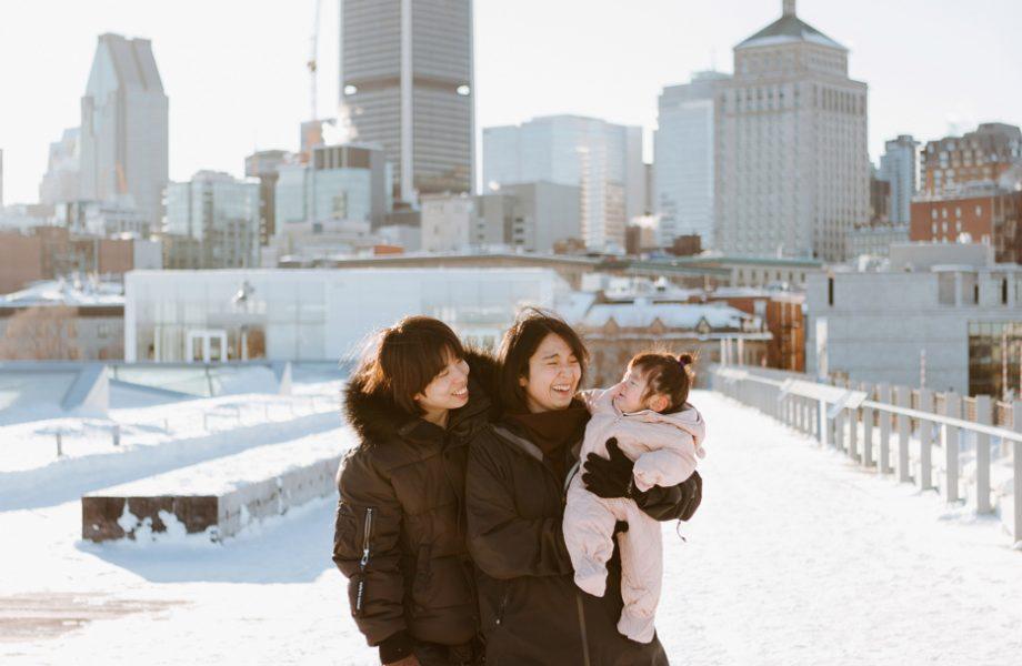 Winter family session. Family photos in the snow. Asian family photos. Séance photo dans le Vieux-Port de Montréal. Photos de famille à Montréal. Grand Quai de Montréal. Promenade d'Iberville. Old Port of Montreal photo session. Montreal family photos.
