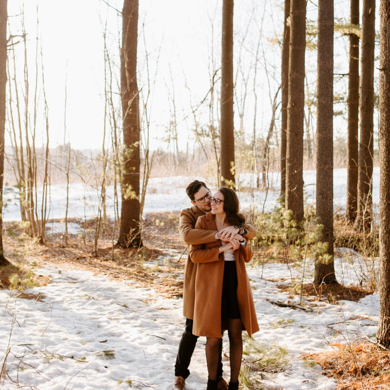 Spring engagement photos. Snowy engagement photos. Snowy couple photos. Wood engagement session. Wood engagement photos. Séance photo de couple à Saint-Joseph-du-Lac à Montréal. Photographe Saint-Joseph-du-Lac. Montreal engagement session photographer