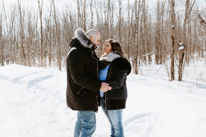 Outdoor maternity session with toddler. Winter family session. Family photos in the snow. Séance photo de famille à Carignan. Photographe de famille en Montérégie. Family session in Carignan. Monteregie family photographer.