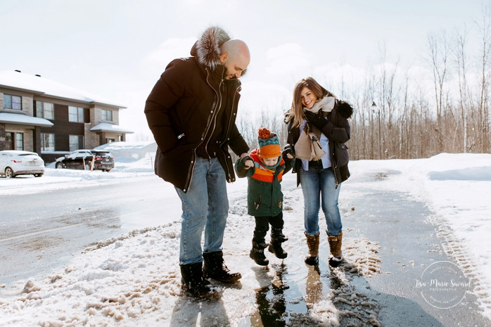 Outdoor maternity session with toddler. Winter family session. Family photos in the snow. Toddler jumping in puddle. Séance photo de famille à Carignan. Photographe de famille en Montérégie. Family session in Carignan. Monteregie family photographer.