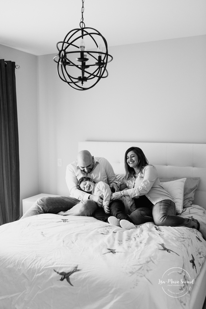 In-home maternity session with toddler. Lifestyle family session with toddler. Maternity photos in bedroom. Middle Eastern family photos. Séance photo de famille à Carignan. Photographe de famille en Montérégie. Family session in Carignan. Monteregie family photographer.