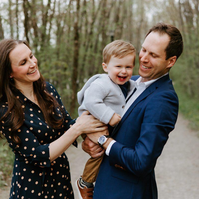 Maternity photos with toddler boy. Pregnancy announcement with toddler. Photos de famille à Lorraine. Parc riverain du Domaine Garth. Photographe de famille sur la Rive-Nord. North-Shore family photographer.