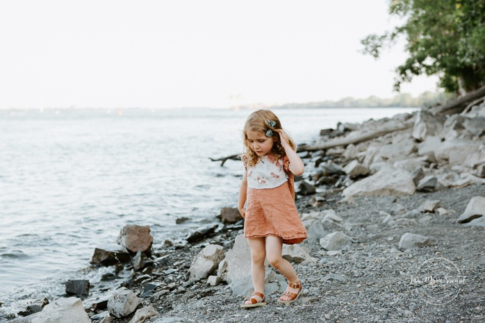 River family photos. Beach family photos. Family photos with toddler girl. Photos de famille à Tétreaultville. Parc de la Promenade Bellerive. Photographe de famille à Montréal. Montreal family photographer.