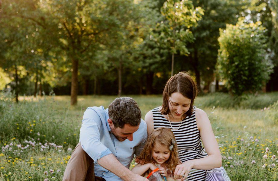 Summer family photos. Golden hour family session. Family photos with toddler girl. Photos de famille à Tétreaultville. Parc de la Promenade Bellerive. Photographe de famille à Montréal. Montreal family photographer.