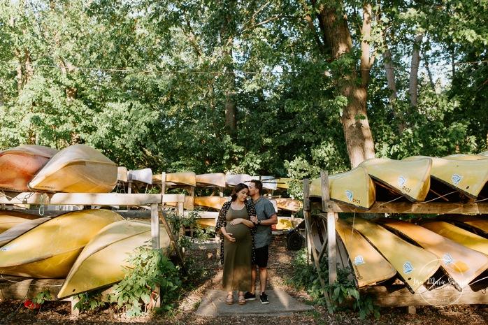 Summer camp maternity photos. Summer maternity session. Maternity photos with canoe. Séance maternité au parc de la Rivière-des-Mille-Îles. Photographe à Laval. Laval maternity photographer. Laval maternity session.