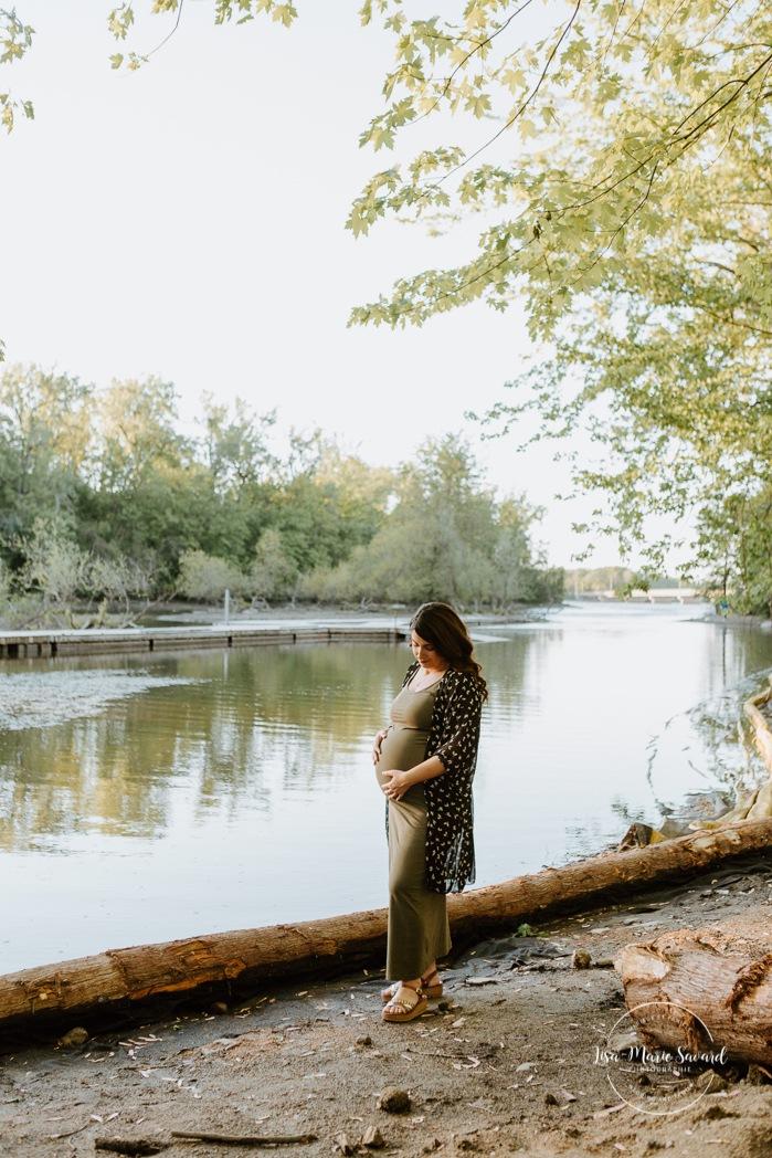 Summer camp maternity photos. Summer maternity session. River maternity photos. River maternity session. Séance maternité au parc de la Rivière-des-Mille-Îles. Photographe à Laval. Laval maternity photographer. Laval maternity session.