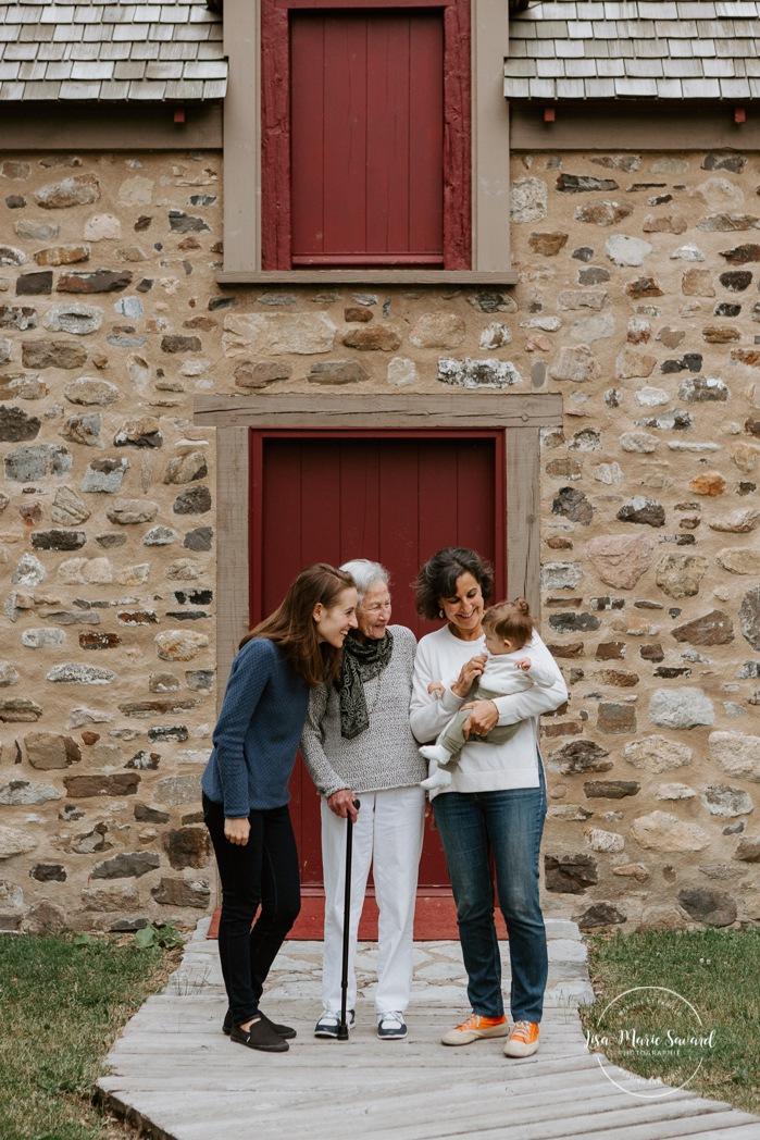 Intergenerational family photos. Four generations family photos. Family photos with grandparents. Family photos with great grandmother, grandmother, mother and baby. Séance photo intergénérationnelle à Montréal. Montreal intergenerational family session. Photos avec grand-parents. Maison Nivard-de-Saint-Dizier. Berges de Verdun.