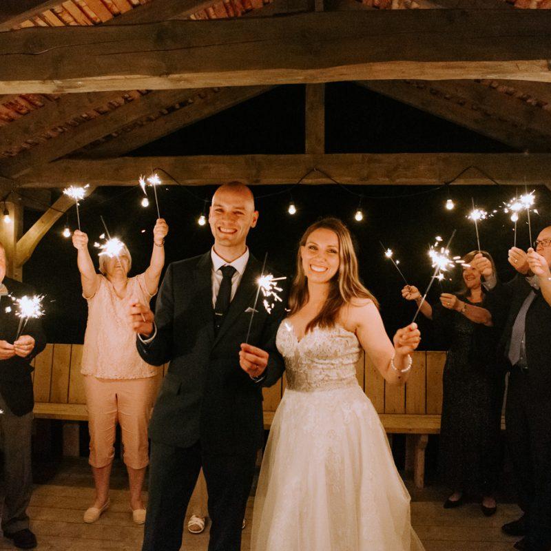 Wedding sparkler send off. Bride and groom kissing with sparklers. Mariage en Beauce durant la pandémie. Photographe de mariage Beauce. La Bouche Bée Saint-Sylvestre.