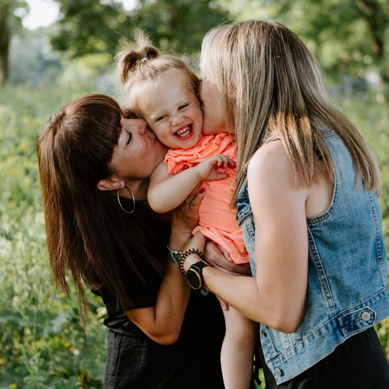 Same sex family photos. Two moms family photos. LGBTQ+ family session. Photographe de famille LGBTQ+ à Montréal. Montreal same sex family photographer. Photos de famille sur le bord du fleuve à Montréal.